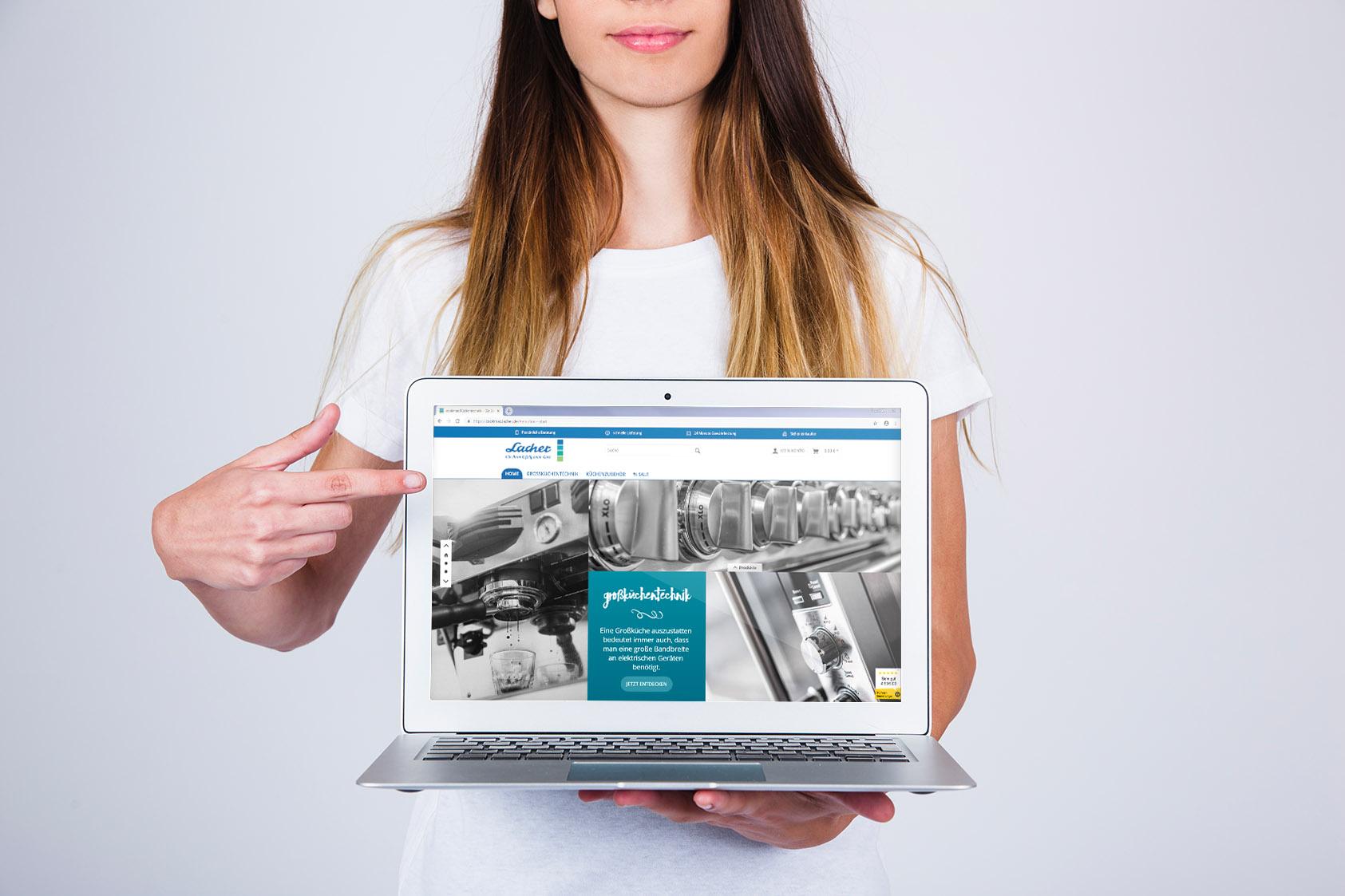Frau zeigt mit Finger auf Laptop mit geöffnetem Shop