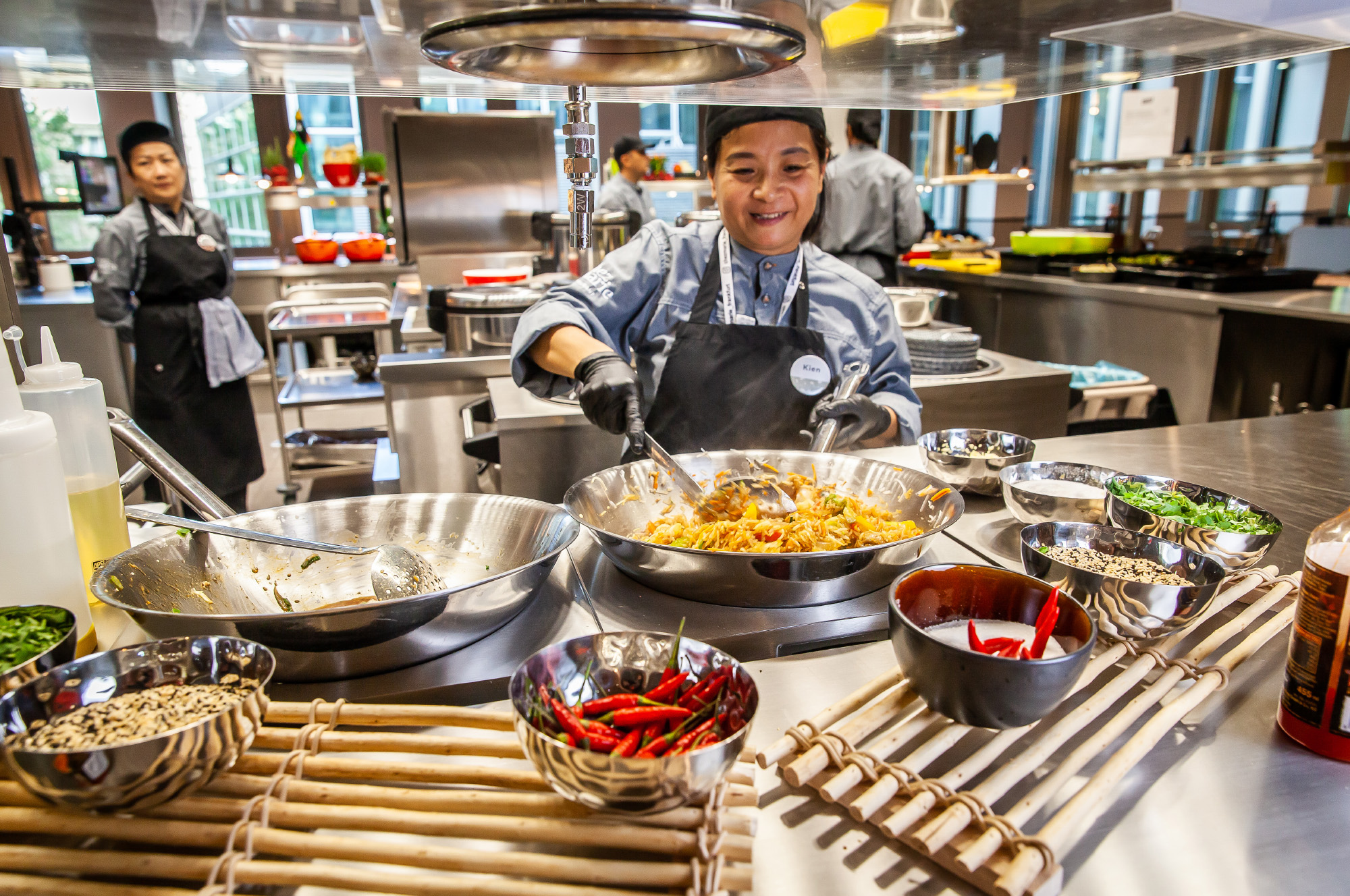 Köchin bei der Zubereitung von asiatischen Köstlichkeiten